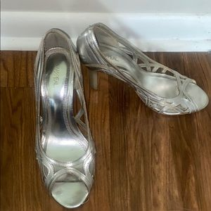 XAppeal silver shiny pumps